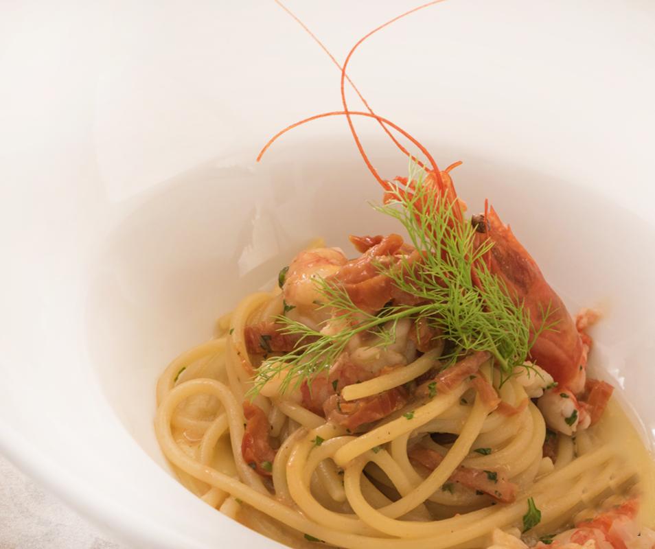 Spaghetti-trafilati-al-bronzo-con-pomodori-secchi-e-gambero-rosso-su-crema-di-fave-bianche_02